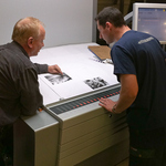 Janusz Moskiewicz, Chief of Production (left) Suggests Ink Delivery Adjustments to Paweł Dziurdzia, Print Supervisor (right)