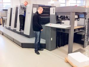 Papier czekający na wejście do maszyny offsetowej Heidelberg Speedmaster